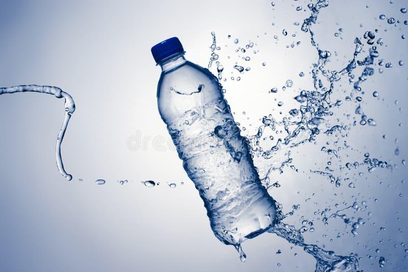 Agua y chapoteo de botella fotos de archivo