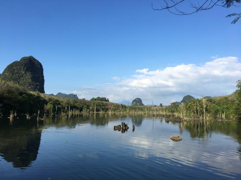Agua y cielo claros en Klong Rhoot en Tailandia foto de archivo