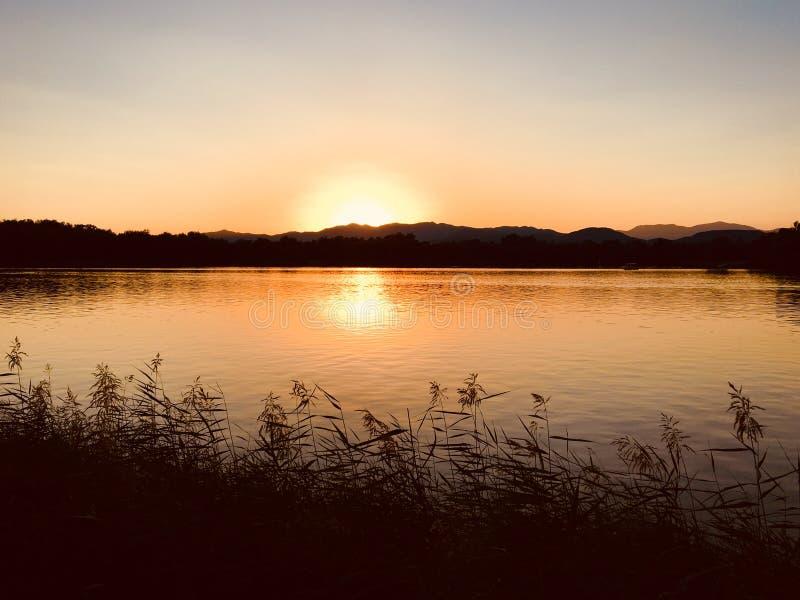 Agua y cielo del otoño en el Yuanmingyuan por la tarde imágenes de archivo libres de regalías