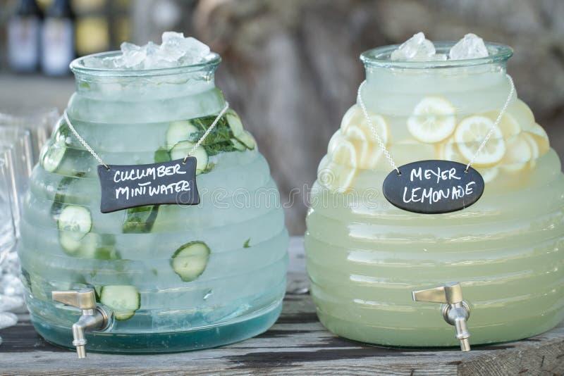 Agua y limonada del pepino imagenes de archivo