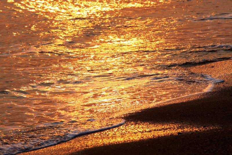 Agua y playa en la puesta del sol imágenes de archivo libres de regalías