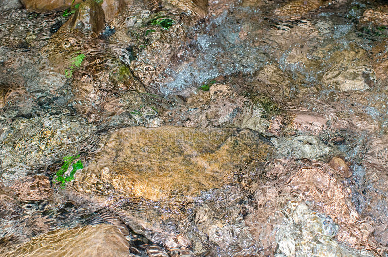 Agua y rocas bajas de la corriente foto de archivo libre de regalías