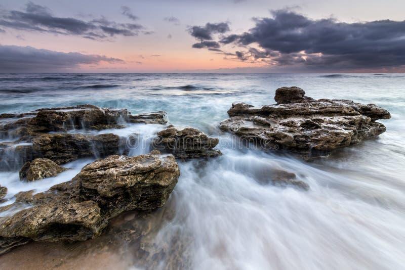 Agua y rocas en costa de Trafalgar, España foto de archivo libre de regalías