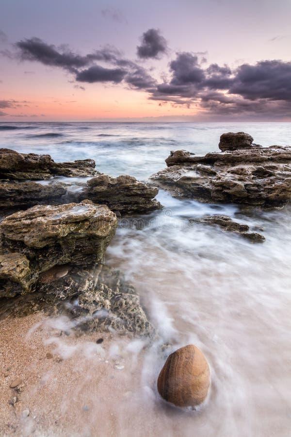 Agua y rocas en costa de Trafalgar, España fotos de archivo