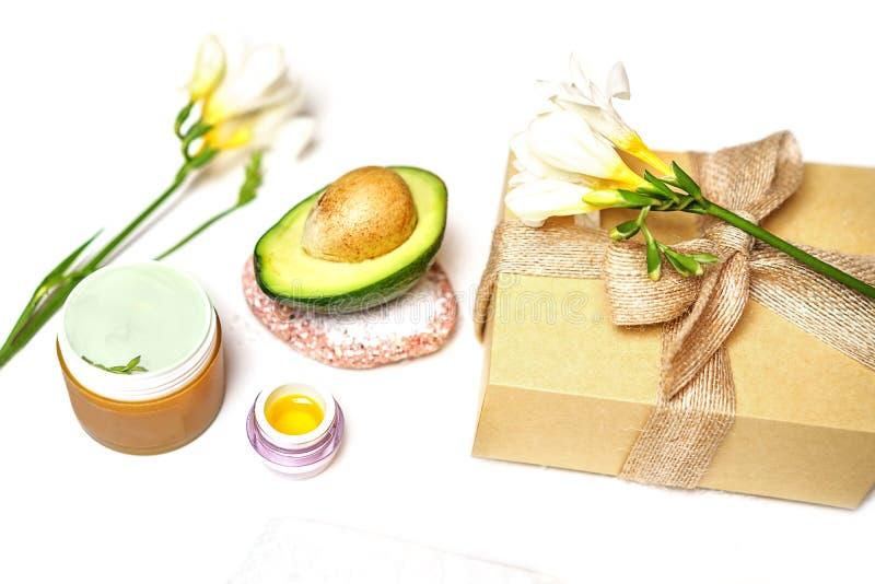 Aguacate del concepto de la sauna del BALNEARIO de la belleza, aceite, cepillo, flor y toalla faciales de la esencia del cuidado  foto de archivo libre de regalías