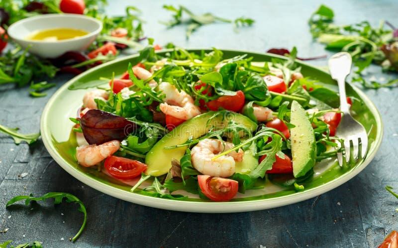 Aguacate fresco, ensalada de los camarones con la mezcla del verde de la lechuga, tomates de cereza, hierbas y aceite de oliva, p imagen de archivo libre de regalías
