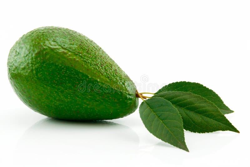 Aguacate maduro con la hoja verde aislada en blanco foto de archivo libre de regalías