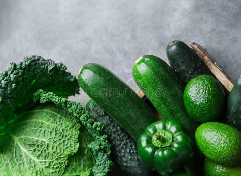 Aguacates verdes orgánicos frescos de los paprikas de los pepinos del calabacín de la col de col rizada de las verduras en fondo  fotos de archivo