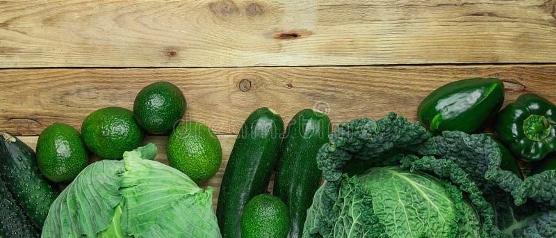 Aguacates verdes orgánicos frescos de los paprikas de los pepinos del calabacín de la col de col rizada de las verduras en fondo  fotografía de archivo libre de regalías