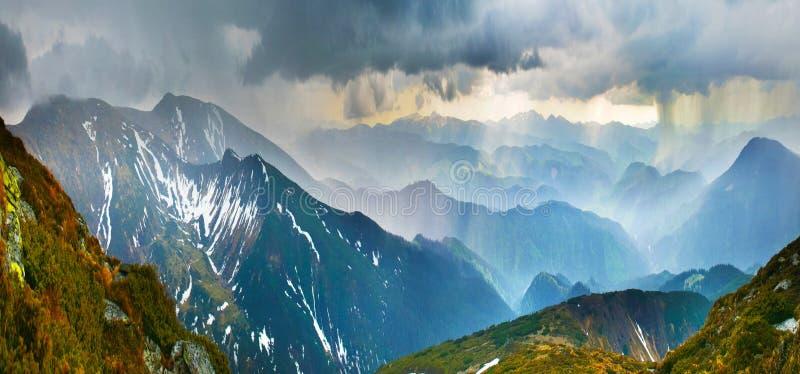 Aguacero en montañas fotos de archivo libres de regalías