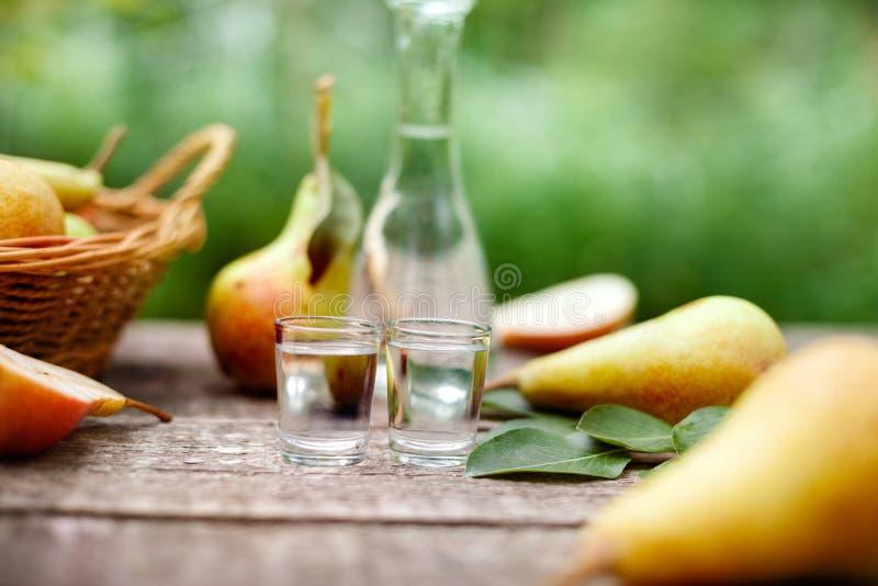 Aguardente da pera com peras frescas foto de stock