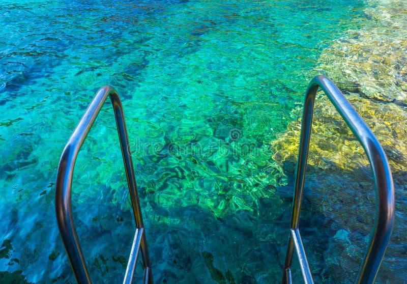 Aguas azules claras hermosas del Mar Egeo - borde de los pasos del carril en la nave imágenes de archivo libres de regalías
