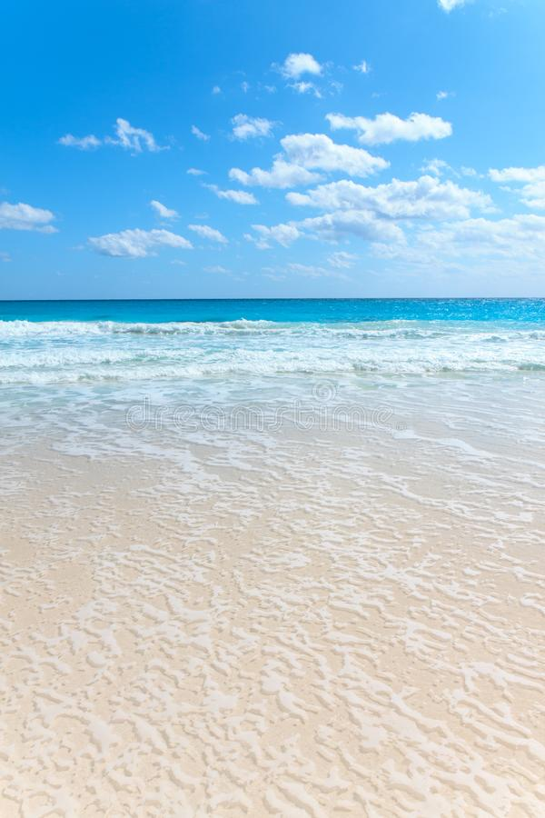 Aguas azules de una playa prístina fotos de archivo