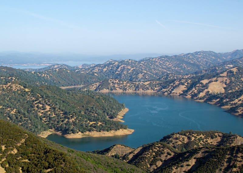 Aguas azules del lago Berryessa fotografía de archivo libre de regalías