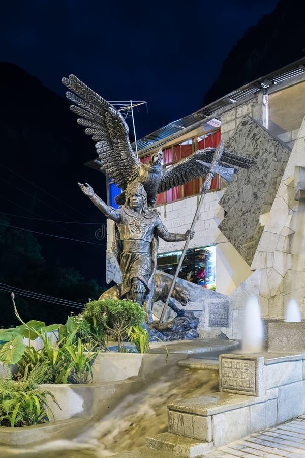 Aguas Calientes, Cusco/Peru - circa Juni 2015: Stor Sapa Incastaty i byn för stad för AguasCalientes Machu Picchu Inca, Peru arkivfoto
