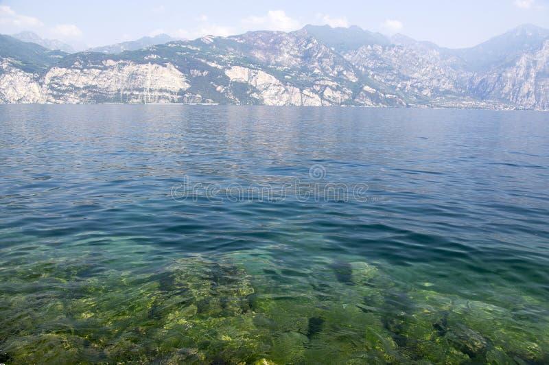 Aguas claras puras en la orilla del lago Lago Di Garda, Malcesine, Italia fotos de archivo libres de regalías