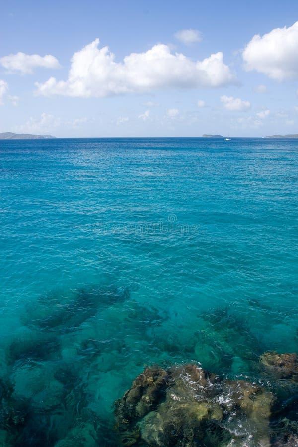 Aguas del Caribe en las Islas Vírgenes imagen de archivo libre de regalías
