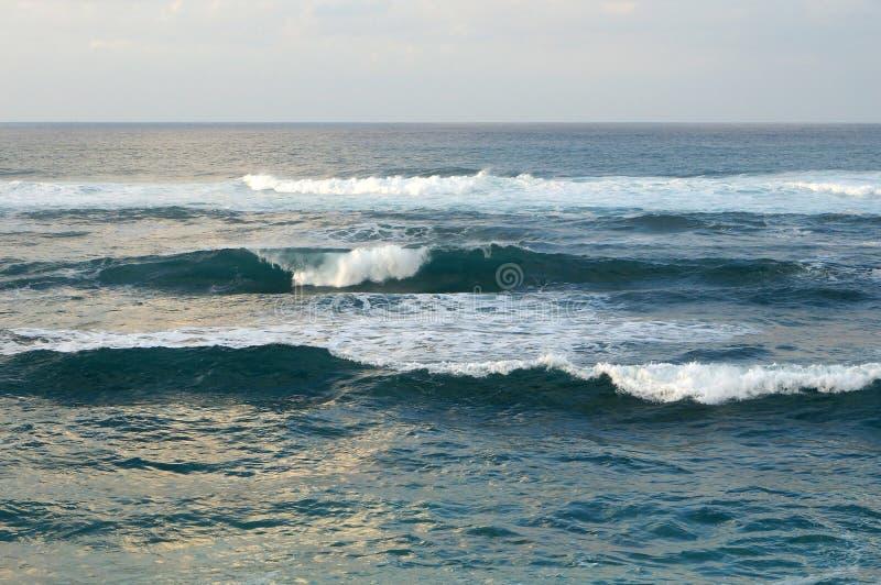 Aguas del océano de las ondas de la orilla del norte que miran en el océano imágenes de archivo libres de regalías