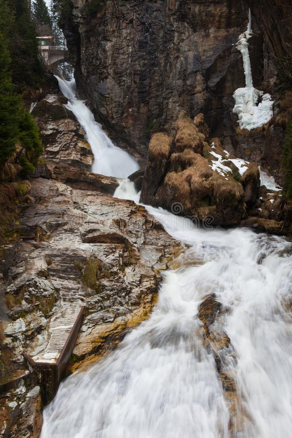 Aguas del vuelo de la cascada en mún Gastein, Austria foto de archivo