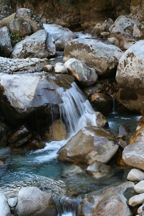 Aguas heladas - río glacial adentro   imagenes de archivo