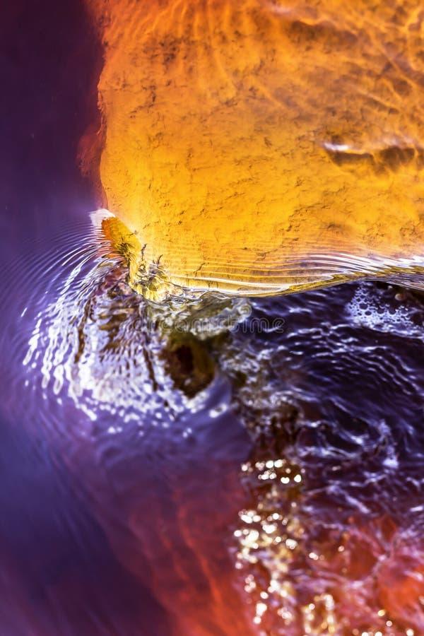 Aguas rojas del río de colores imágenes de archivo libres de regalías