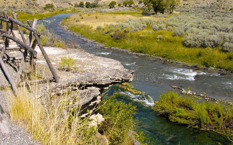 Aguas termales cerca de Yellowstone imagenes de archivo