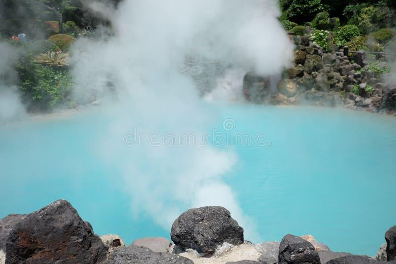 Aguas termales de Japón, infierno del mar, agua azul fotos de archivo libres de regalías