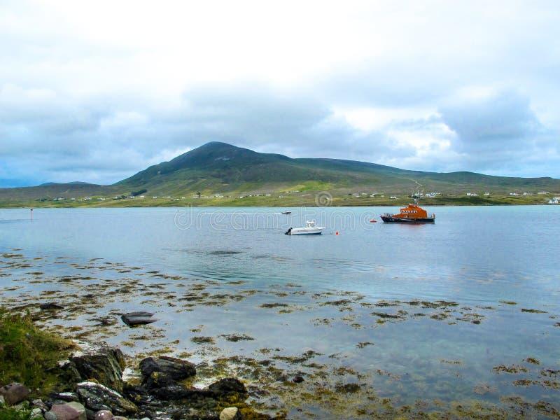 Aguas tranquilas del sonido de Achill con el bote salvavidas fotos de archivo