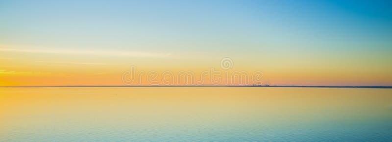 Aguas tranquilas magníficas en la puesta del sol en la península de Mornington imagenes de archivo