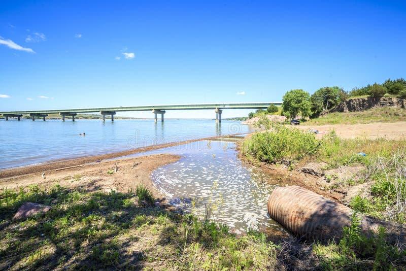 Aguas turbias del río Missouri imágenes de archivo libres de regalías