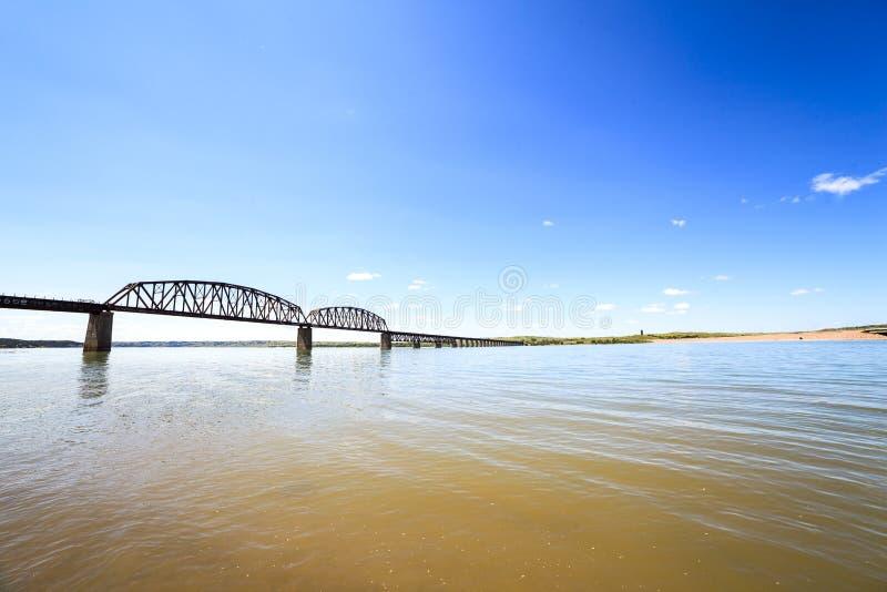 Aguas turbias del río Missouri imagenes de archivo