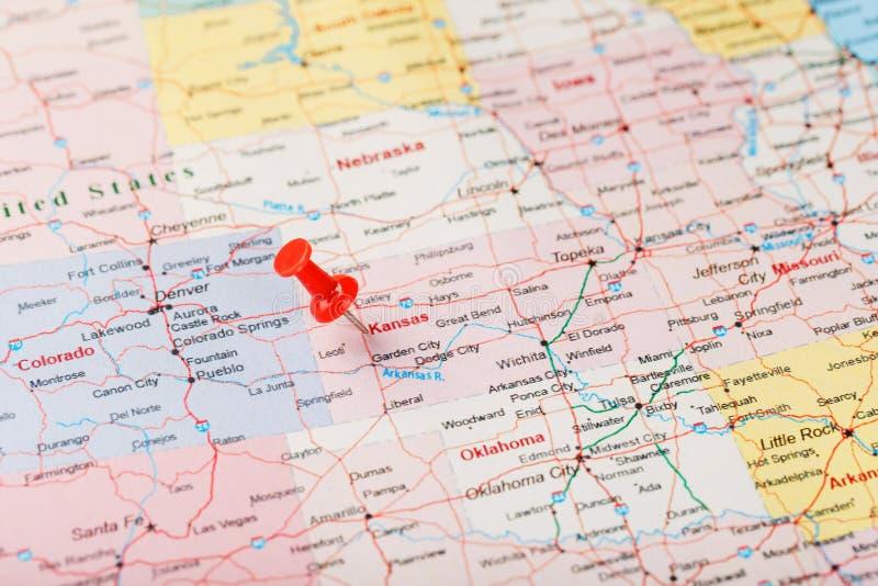 Aguja administrativa roja en un mapa de los E.E.U.U., de Kansas y del Topeka de la capital Mapa ascendente cercano de Kansas con  foto de archivo libre de regalías