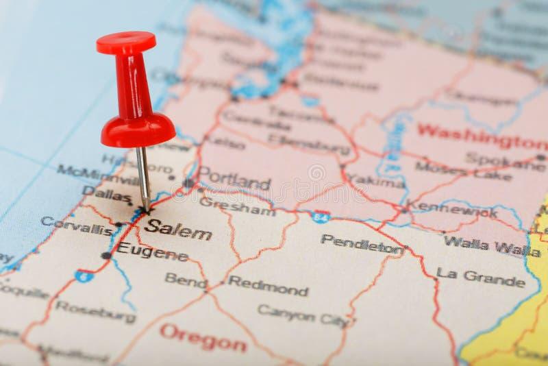Aguja administrativa roja en un mapa de los E.E.U.U., de Oregon y de la capital Salem Mapa Oregon del primer con la tachuela roja imagen de archivo libre de regalías
