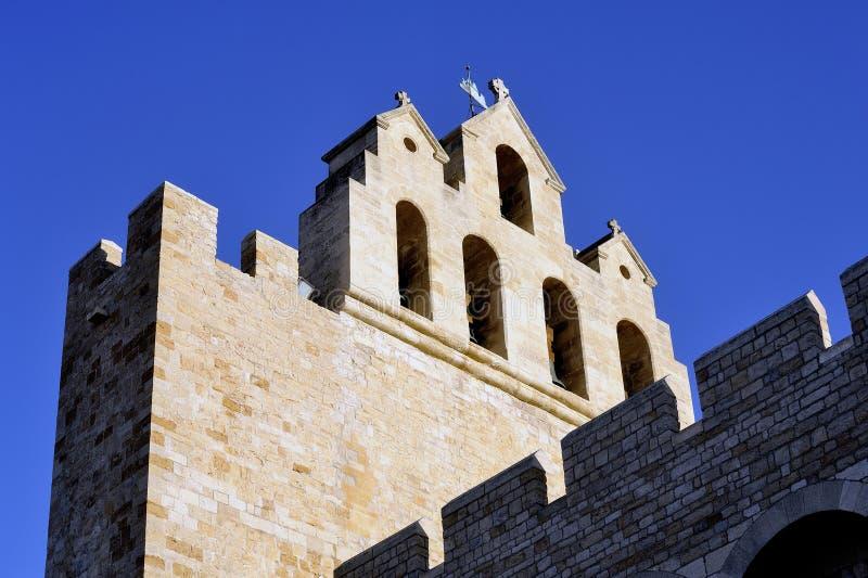 Aguja de la iglesia del Saintes-Maries-de-la-Mer imágenes de archivo libres de regalías