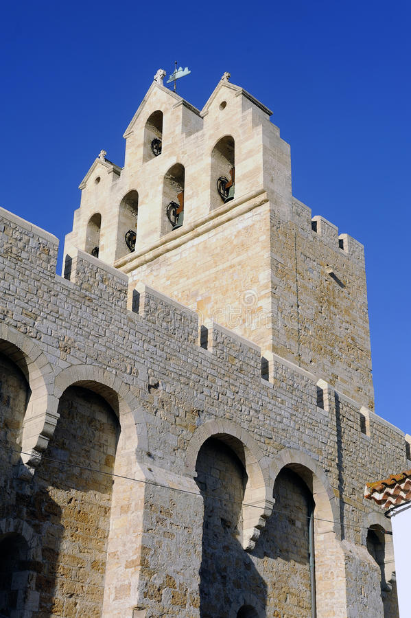 Aguja de la iglesia del Saintes-Maries-de-la-Mer fotografía de archivo