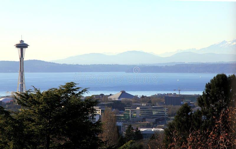 Aguja del espacio, Elliott Bay, y las montañas en Seattle imágenes de archivo libres de regalías