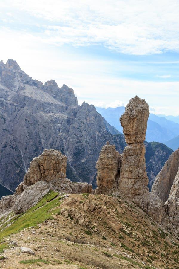 Aguja del pináculo de la roca de la montaña de las dolomías de Sexten en el Tyrol del sur imagenes de archivo