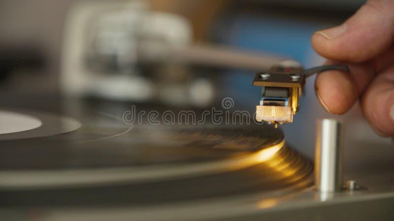 Aguja del tocadiscos fijada a mano para jugar fotos de archivo