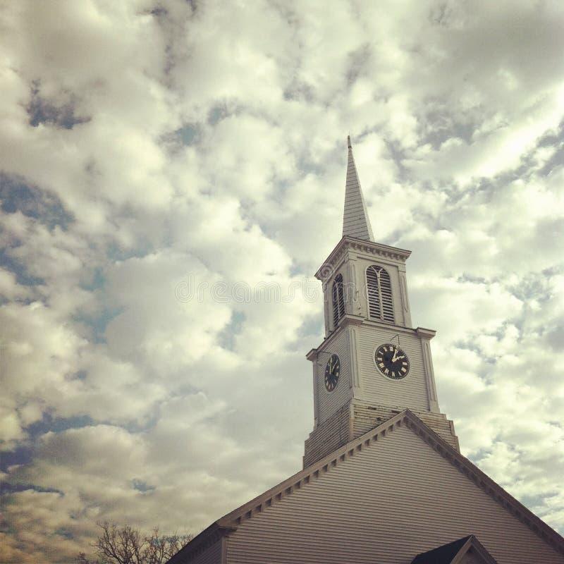 Aguja y cielo de la iglesia fotografía de archivo