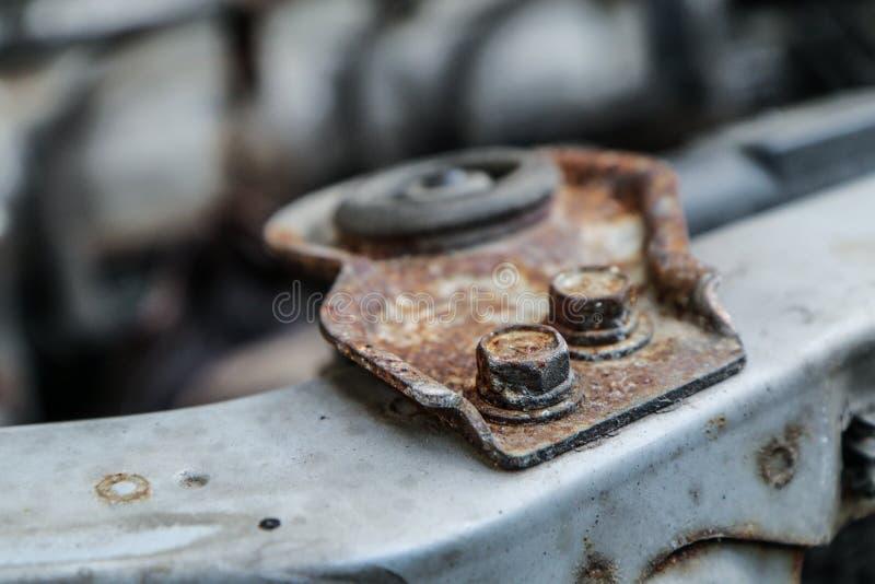 Agujereado encima de los tornillos oxidados imagen de archivo