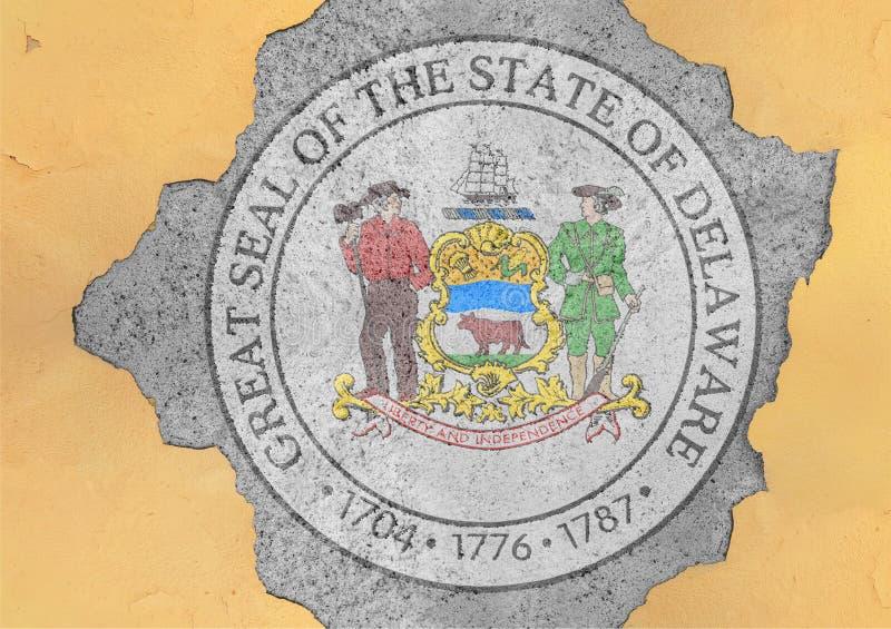 Agujero agrietado con el extracto de la bandera del sello de Delaware del estado de los E.E.U.U. en fachada fotografía de archivo