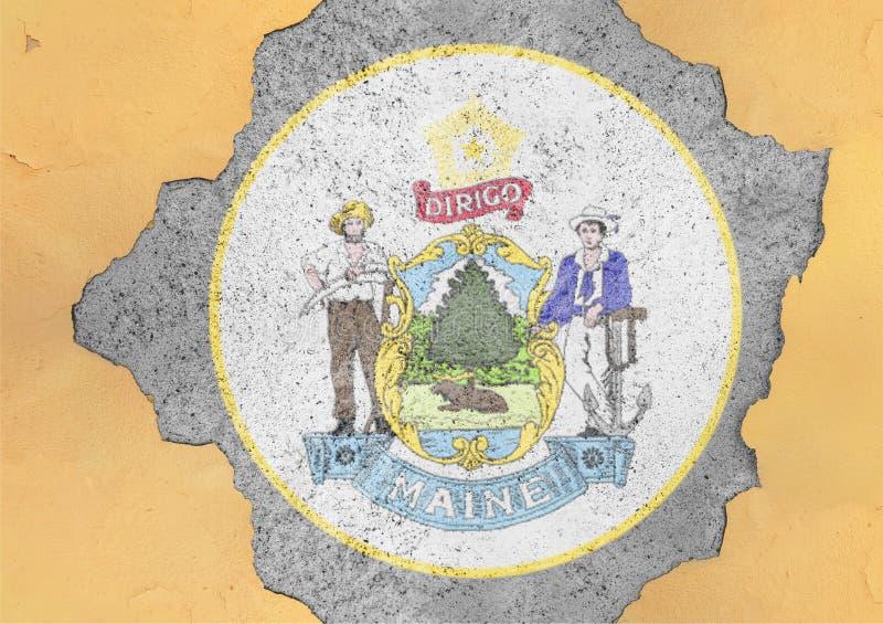Agujero agrietado con el extracto de la bandera del sello de Maine del estado de los E.E.U.U. en fachada foto de archivo