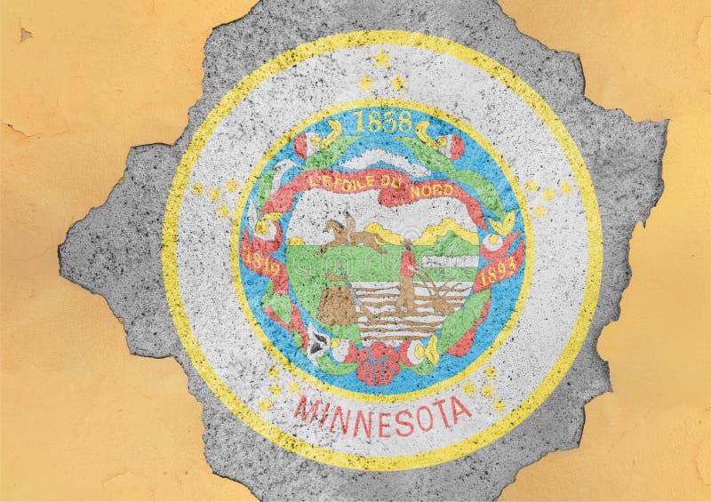 Agujero agrietado con el extracto de la bandera del sello de Minnesota del estado de los E.E.U.U. en fachada imagenes de archivo