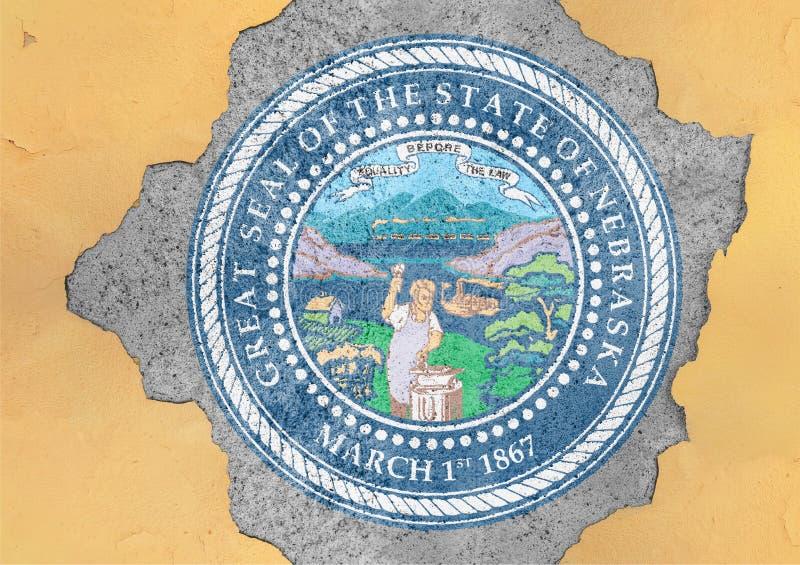 Agujero agrietado con el extracto de la bandera del sello de Nebraska del estado de los E.E.U.U. en fachada imagenes de archivo