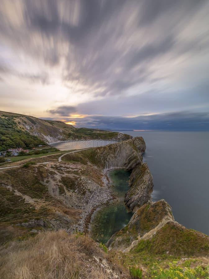 Agujero de la escalera en la costa jurásica de Dorset en la salida del sol fotos de archivo