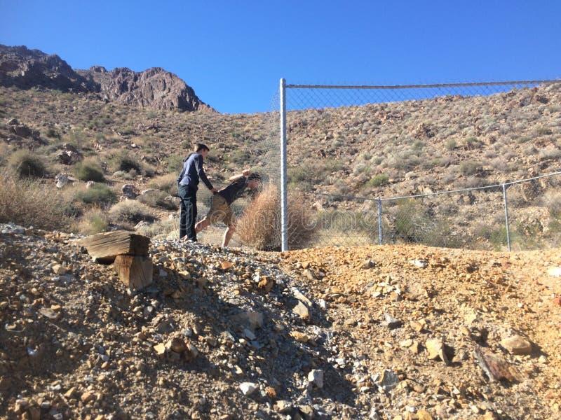 Agujero de la explotación minera en el desierto fotografía de archivo