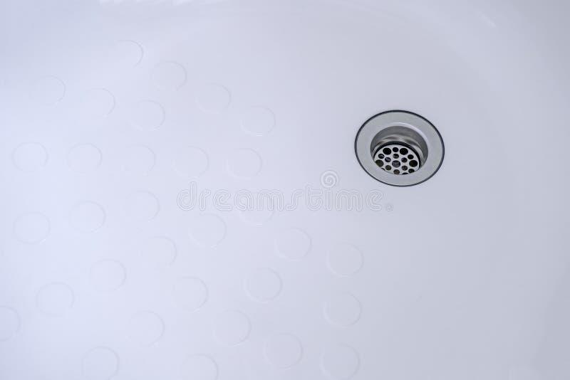 Agujero del drenaje, agujeros del fregadero en fregadero del cuarto de baño foto de archivo