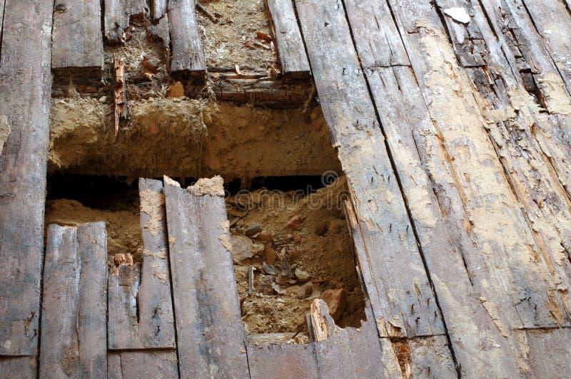 Agujero del piso de los tableros de madera imagenes de archivo