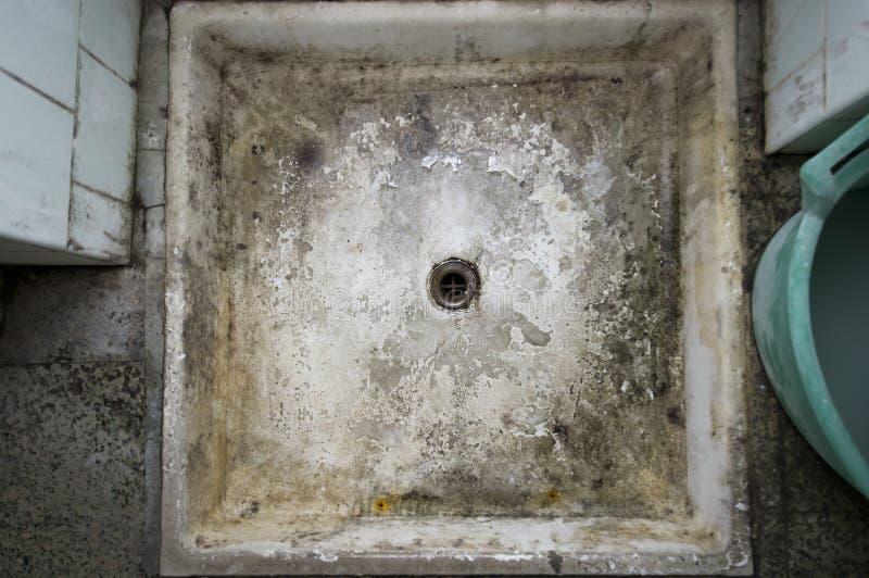 Agujero dilapidado de la ducha fotografía de archivo