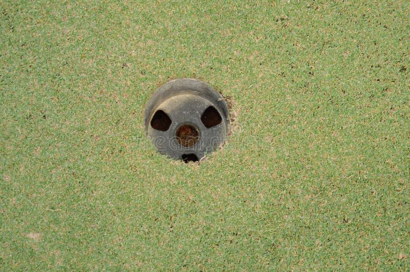 agujero en campo verde de la corte del golf en día soleado imagen de archivo